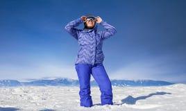 Mujer en montaña de la nieve fotografía de archivo libre de regalías