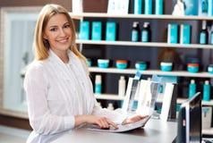 Mujer en mostrador de recepción Foto de archivo libre de regalías