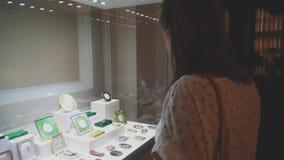 Mujer en museo almacen de metraje de vídeo
