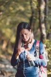 Mujer en naturaleza fotografía de archivo libre de regalías