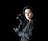 Mujer en negro con el cigarro y el encendedor Imagenes de archivo