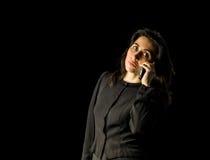 Mujer en negro usando el teléfono celular Imagen de archivo