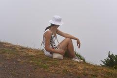 Mujer en nubes en la isla de Madeira fotografía de archivo