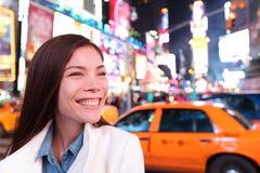 Mujer en Nueva York, Times Square en la noche Fotos de archivo libres de regalías