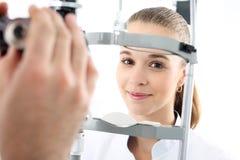 Mujer en oftalmólogo Fotografía de archivo libre de regalías