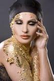 Mujer en oro imagen de archivo