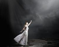 Mujer en oscuridad Imagenes de archivo
