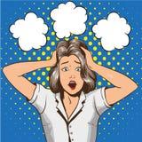 Mujer en pánico Ejemplo del vector en estilo retro del arte pop La muchacha subrayada en choque ase su cabeza en manos Imágenes de archivo libres de regalías