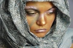 Mujer en pañuelo para el cuello imagen de archivo libre de regalías