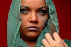 Mujer en pañuelo para el cuello verde Imagen de archivo