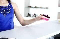 Mujer en pagar de la comprobación de las compras de la tarjeta de crédito Imagen de archivo libre de regalías