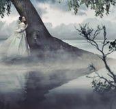 Mujer en paisaje de la belleza Imagenes de archivo
