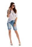 Mujer en pantalones cortos largos del dril de algodón Imagenes de archivo
