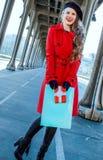Mujer en París que sostiene el panier y la caja del regalo de Navidad Fotos de archivo libres de regalías