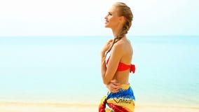 Mujer en pareo y bikini en la playa tropical almacen de video