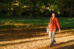 Mujer en parque Fotos de archivo