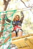 Mujer en parque de la aventura Imagen de archivo