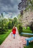 Mujer en parque de la ciudad en el tiempo de primavera Fotografía de archivo