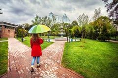 Mujer en parque de la ciudad en el tiempo de primavera Fotos de archivo libres de regalías