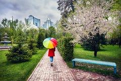 Mujer en parque de la ciudad en el tiempo de primavera Imagen de archivo libre de regalías