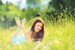 Mujer en parque de la primavera Imágenes de archivo libres de regalías