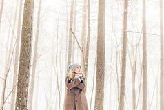 Mujer en parque del invierno Imágenes de archivo libres de regalías