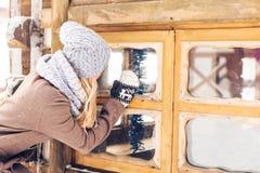 Mujer en parque del invierno Fotos de archivo libres de regalías