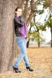 Mujer en parque del otoño Foto de archivo
