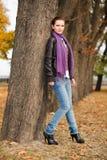 Mujer en parque del otoño Fotografía de archivo