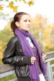 Mujer en parque del otoño Imagenes de archivo