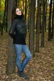 Mujer en parque del otoño fotografía de archivo libre de regalías