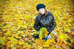 Mujer en parque del otoño Imagen de archivo