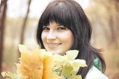 Mujer en parque del otoño Imágenes de archivo libres de regalías