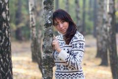 Mujer en parque del otoño cerca del árbol Imagen de archivo