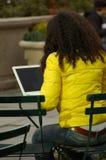 Mujer en parque usando el ordenador portátil foto de archivo