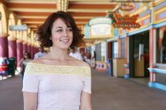 Mujer en paseo marítimo Imágenes de archivo libres de regalías