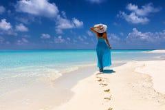 Mujer en paseos azules del vestido en una playa tropical fotografía de archivo libre de regalías