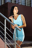 Mujer en pasos en vestido azul Foto de archivo