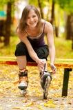Mujer en pcteres de ruedas en el parque Foto de archivo libre de regalías