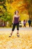 Mujer en pcteres de ruedas en el parque Imagen de archivo libre de regalías