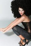Mujer en peluca artificial muy rizada. Partido del vestido de lujo fotografía de archivo libre de regalías