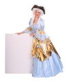 Mujer en peluca con la tarjeta vacía. Foto de archivo