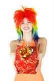 Mujer en peluca multicolora con el regalo Fotos de archivo libres de regalías