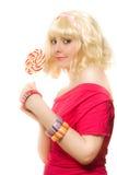 Mujer en peluca rubia con el lollipop Foto de archivo libre de regalías