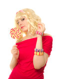 Mujer en peluca rubia con el lollipop Fotos de archivo libres de regalías