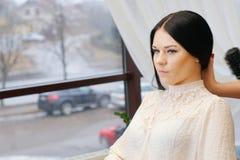 Mujer en peluquería de caballeros Imágenes de archivo libres de regalías