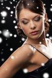 Mujer en pendientes del diamante del vestido de noche que llevan Fotos de archivo