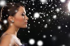 Mujer en pendientes del diamante del vestido de noche que llevan Imágenes de archivo libres de regalías