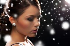 Mujer en pendientes del diamante del vestido de noche que llevan Foto de archivo