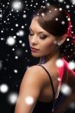 Mujer en pendientes del diamante del vestido de noche que llevan Foto de archivo libre de regalías